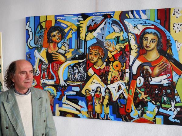 O artista Filinto Viana junto de um trabalho seu